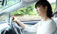 車を運転するペーパードライバー