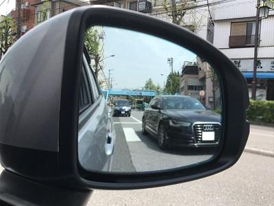 自動車サイドミラーに映る後続車